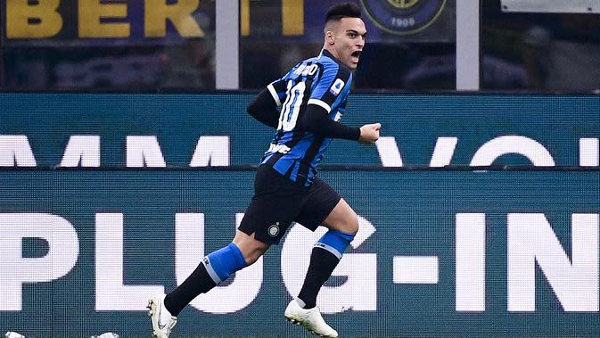Striker Inter Milan, Lautaro Martinez, merayakan gol yang dicetaknya ke gawang Atalanta pada laga Serie A di Stadion San Siro, Milan,Sabtu (11/1). Kedua klub bermain imbang 1-1. (AFP/Marco Bertorello)
