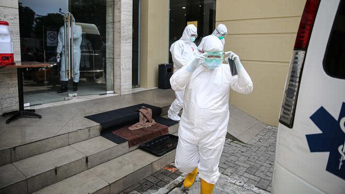 Petugas medis menunggu pasien tanpa gejala Covid-19 di Hotel U Stay Mangga Besar, Sawah Besar, Jakarta, Senin (28/9/2020). Pegawai hotel yang menjadi tempat isolasi pasien Covid-19 ini telah mendapatkan pelatihan dari Kemenkes atau Satuan Tugas Penanganan Covid-19. (Liputan6.com/Faizal Fanani)