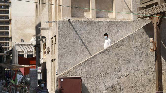 Seorang pria menuruni tangga untuk mencapai Deira Souk di kota Emirat Dubai (30/9/2020). Kawasan Deira bisa merupakan pasar yang tradisional yang tampak unik. (AFP/Karim Sahib)