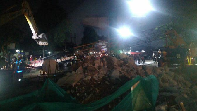 Boom crane proyek tol BORR di Bogor patah menimpa bengkel furniture. (Liputan6.com/Achmad Sudarno)