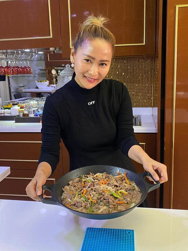 Menu masakan yang ada di tempat Inul hanya bisa dipesan secara online. Ia pun menuliskan, bahwa dirinya menjamin masakannya enak-enak. Tak lepas tangan, Inul pun mendampingi karyawannya masak seharian. (Instagram/inul.d)