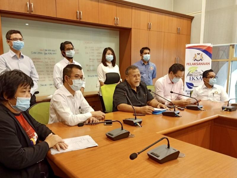 Johor Pakatan Harapan chief Aminolhuda Abdullah (centre) is confident that several Parti Pribumi Bersatu elected representatives will join the coalition. — Picture by Ben Tan