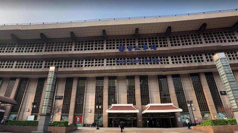 台北車站大廳是否開放民眾席地而坐引發外界討論。(圖/翻攝自Google地圖)