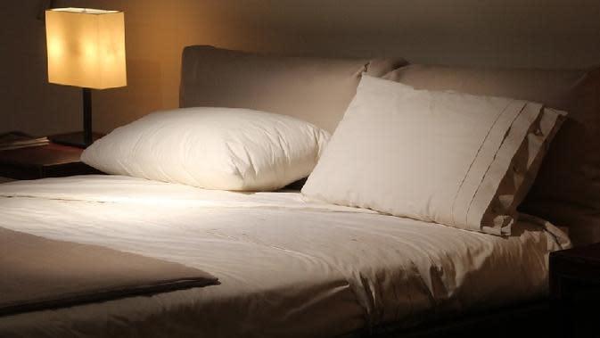 Agar kegiatan membaca Anda tidak terganggu, siasati dengan memilih jenis lampu yang disesuaikan dengan tema kamar tidur