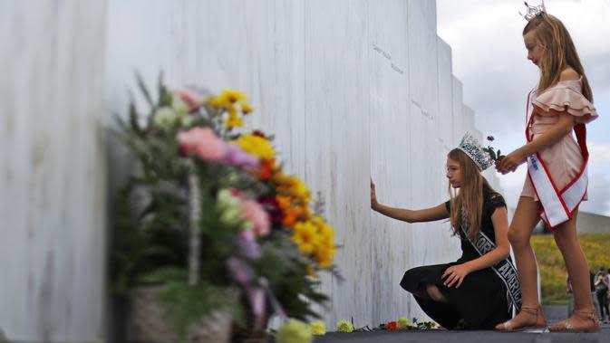 Mackenzie (kanan) dan Madison Miller dari Avonmore, Pa., Mengunjungi Wall of Names di Flight 93 National Memorial di Shanksville, Pa., Kamis, 10 September 2020, saat negara bersiap untuk memperingati 19 tahun serangan 11 September 2001. (AP Photo / Gene J. Puskar)