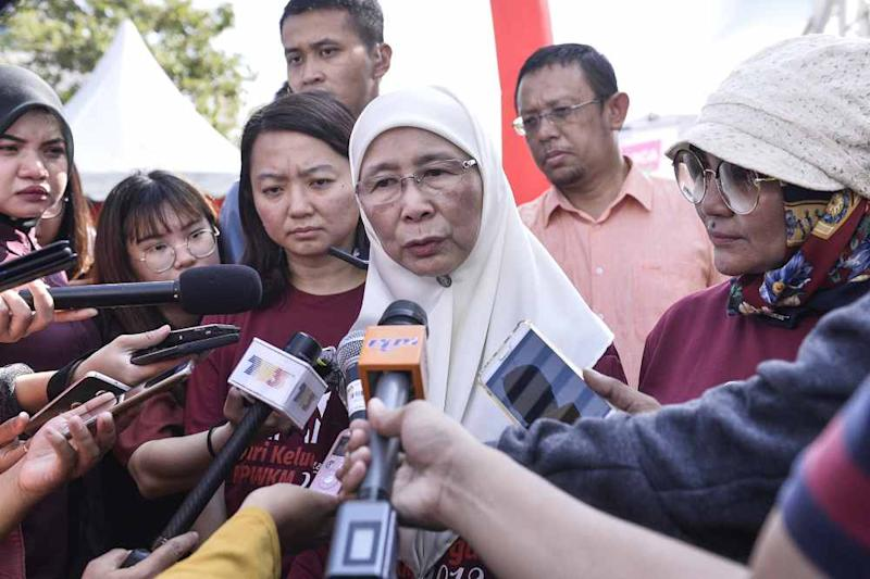 Datuk Seri Dr Wan Azizah Wan Ismail informed the Dewan Rakyat that Kedah, Kelantan, Negri Sembilan, Pahang, Sarawak, and Terengganu have declined to amend their state legislations to prohibit child marriages for both Muslims and natives.― Picture by Miera Zulyana