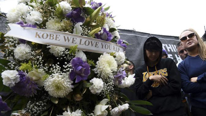 Karangan bunga didirikan di luar Staples Center untuk mengenang Kobe Bryant di Los Angeles Lakers (26/1/2020). Putri Bryant yang berusia 13 tahun, Gianna Bryant juga ikut meninggal dunia dalam insiden tersebut. (AP Photo/Chris Pizzello)