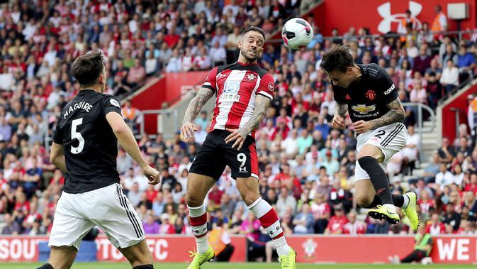 Striker Southampton, Danny Ings, duel udara dengan bek Manchester United, Victor Lindelof, pada laga Premier League di Stadion St Mary's, Southampton, Sabtu (31/8). Kedua klub bermain imbang 1-1. (AP/Mark Kerton)