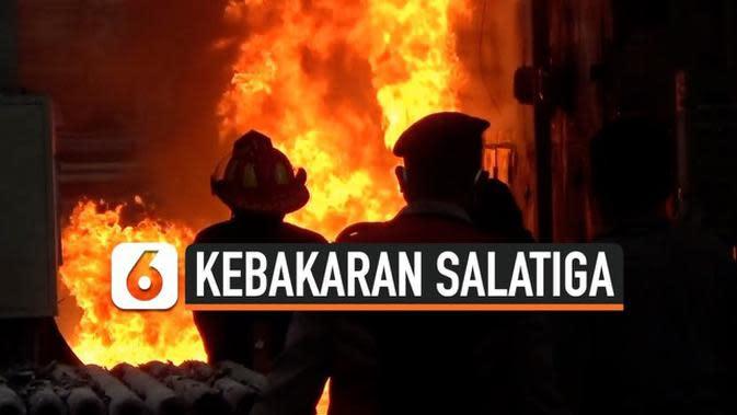 VIDEO: Korsleting Listrik, Pabrik Pengolahan Plastik Terbakar