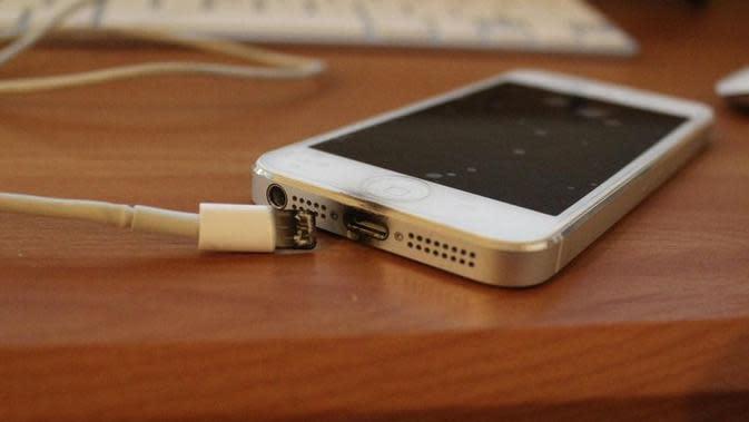 (Photo: Guru8) Ilustrasi charger ponsel terbakar.