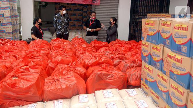 Pekerja harian lepas dan masyarakat terdampak COVID-19 menerima bantuan di Jakarta. Sebanyak 70.000 paket makanan disalurkan melalui KSBSI dan Founder of Foodbank of Indonesia yang dijembatani oleh Kedubes Singapura untuk Indonesia, Temasek Foundation dan Bank DBS Indonesia. (Liputan6.com/HO/Isa)