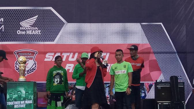 Pemain Persebaya, Irfan Jaya, sedang meramaikan acara Honda Dream Cup di Sirkuit Gelora Bung Tomo, Surabaya, Minggu (17/12/2017).