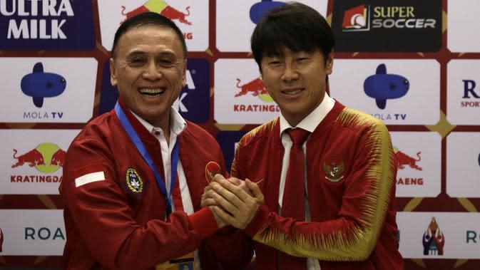 Pelatih baru Timnas Indonesia, Shin Tae-yong, bersama Muhammad Iriawan saat diperkenalkan kepada publik pada jumpa pers di Stadion Pakansari, Bogor, Sabtu (28/12). Dirinya dikontrak selama empat tahun oleh PSSI. (Bola.com/Vitalis Yogi Trisna)