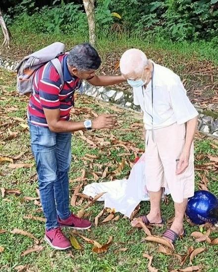 Tamil press Makkal Osai journalist L.K. Savantharaja was on his way to an assignment when he stumbled on a senior citizen at Mahameru Highway, Kuala Lumpur on Monday. — Photo courtesy of L.K. Savantharaja