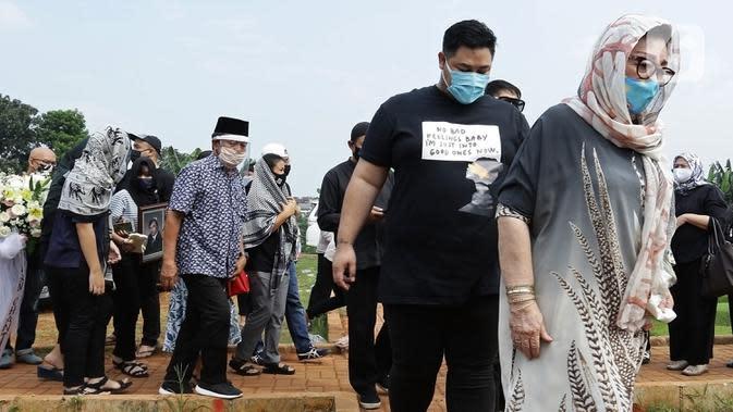 Ivan Gunawan (kedua kanan) bersama ibunya Erna Gunawan saat menghadiri pemakaman almarhum ayahnya Bambang Tjahyo Gunawan di TPU Kampung Kandang, Jagakarsa, Jakarta Selatan, Senin (13/7/2020). Ivan Gunawan mengenakan kaus, celana hitam, serta masker saat pemakaman. (Fimela.com/Bambang Ekoros Purnama)