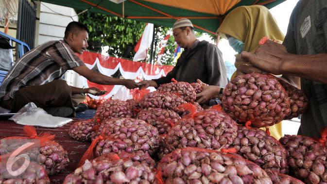 Petugas melayani warga yang membeli bawang merah dengan harga murah, Jakarta, Rabu (10/8/2016). Kementerian Pertanian menggelar kios pasar murah dengan menjual bawang merah dengan harga Rp 26.000/kg. (Liputan6.com/Yoppy Renato)