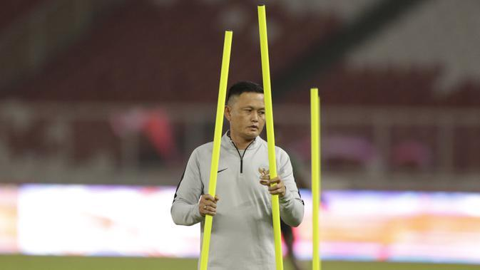 Asisten pelatih Timnas Indonesia, Yeyen Tumena, saat latihan jelang laga kualifikasi Piala Dunia di SUGBK, Jakarta, Senin (2/9). Indonesia akan berhadapan dengan Malaysia. (Bola.com/M Iqbal Ichsan)