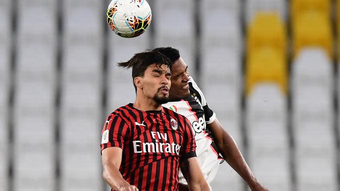 Gelandang AC Milan, Lucas Paqueta berebut bola udara dengan bek Juventus, Alex Sandro pada pertandingan leg kedua semifinal Coppa Italia di stadion Allianz di Turin pada 12 Juni 2020. Lucas Paqueta dikontrak Lyon sampai 2025. (AFP/Miguel Medina)