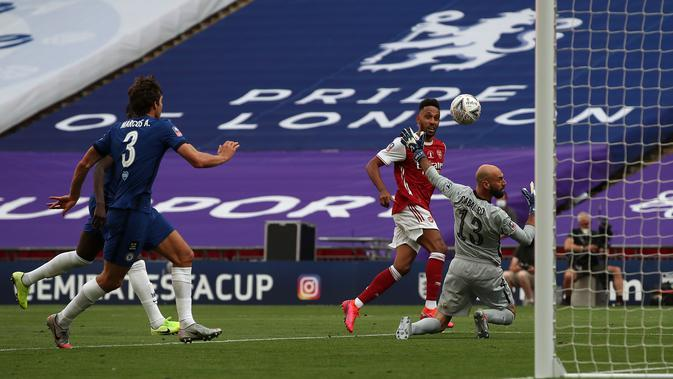 Striker Arsenal Pierre-Emerick Aubameyang menaklukkan kiper Chelsea Willy Caballero pada final Piala FA di Stadion Wembley, Sabtu (1/8/2020). (Adam Davy/Pool via AFP)