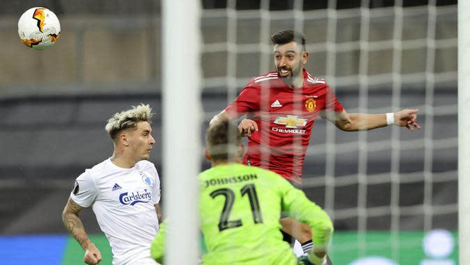 Kiper Copenhagen, Karl-Johan Johnsson, mengamati pergerakan bola saat melawan Manchester United pada laga Liga Europa di Stadion Rhein Energie, Senin (10/8/2020). MU menang tipis 1-0 atas Copenhagen. (Wolfgang Rattay/Pool via AP)