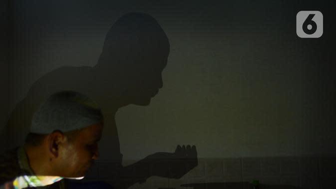 Seorang tunanetra berdoa saat tadarus bersama secara online lewat aplikasi di Jakarta, Selasa (12/5/2020). Di tengah pandemi COVID-19 ini, sejumlah tunanetra melakukan tadarus bersama guna meningkatkan keimanan dan ketakwaan di bulan Ramadan 1441 Hijriah. (merdeka.com/Imam Buhori)