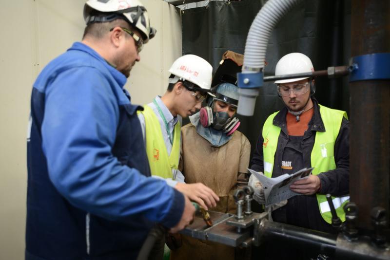 世紀鋼與丹麥鈽錸特(Bladt)公司成立銲工學校,培訓專業人才。