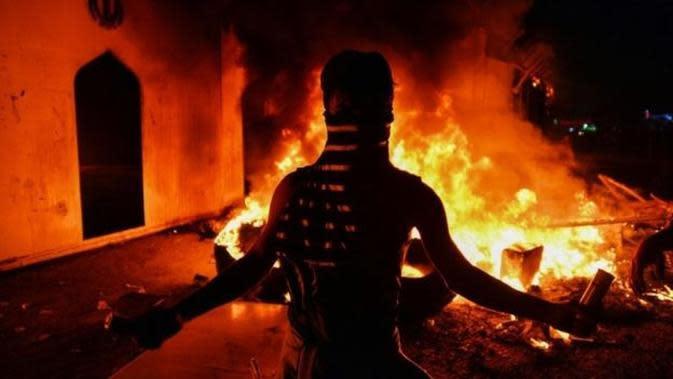 Konsulat Iran di Irak dibakar demonstran. (AFP)