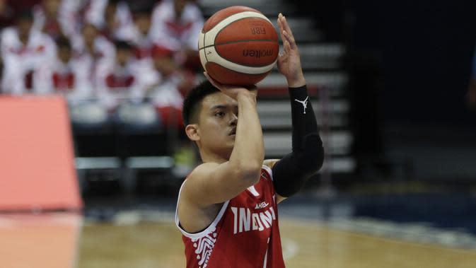 Pebasket Indonesia, Andakara Prastawa, saat melawan Thailand pada SEA Games 2019 di Mall Of Asia Arena, Manila, Filipina, Rabu (4/12). Indonesia kalah 76-98 dari Thailand. (Bola.com/M Iqbal Ichsan)