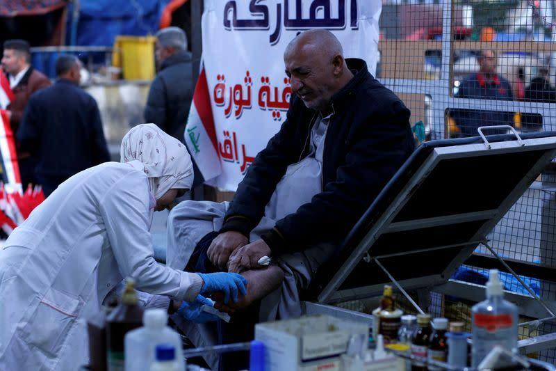 Perawat Irak habiskan akhir pekan jahit luka di situs unjuk rasa
