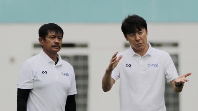 Manajer pelatih Timnas Indonesia, Shin Tae-yong didampingi Indra Sjafri, saat latihan Timnas U-19 di Stadion Wibawa Mukti, Senin (13/1/2020). Pria asal Korsel ini menjalankan tugas perdananya dengan memantau dan memberikan arahan di seleksi timnas U-19. (Bola.com/M Iqbal Ichsan)