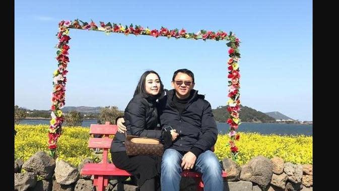 Ahok dan Puput liburan ke Pulau Jeju. (dok. Instagram @sanggarguna/https://www.instagram.com/p/Bt0-ofOj0Kx/Dinny Mutiah)
