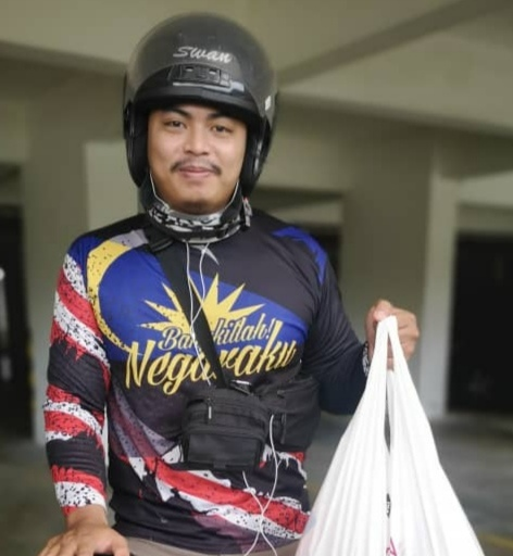 Delivery rider Muhammad Akmal Syukri Fadilah does not have money to assist the people during movement control order. Instead, he offers his services to help the community. ― Picture courtesy of Muhammad Akmal Syukri Fadilah