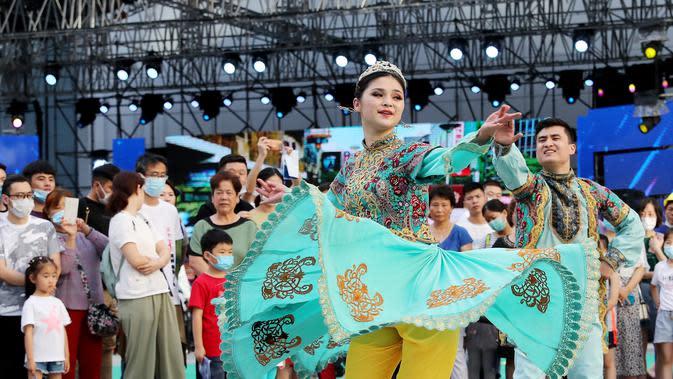 Orang-orang menikmati pertunjukan dalam sebuah acara tematik yang diadakan di Pusat Pameran dan Konvensi Nasional di Shanghai, China timur (6/6/2020). Shanghai menggelar festival malam mulai Sabtu (6/6) untuk meningkatkan perekonomian malam kota tersebut. (Xinhua/Fang Zhe)