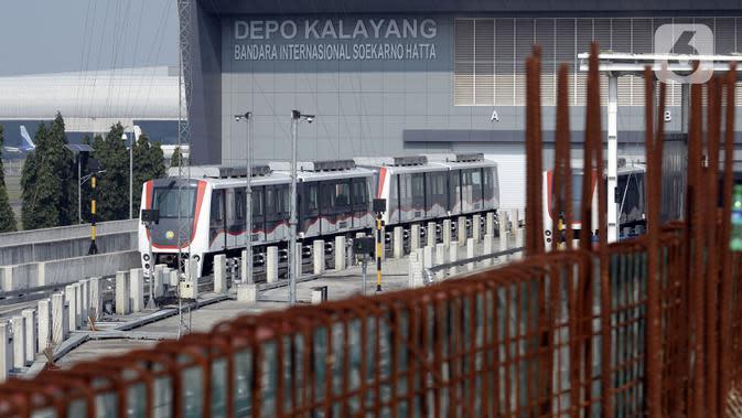 Kereta Melayang (Kalayang) atau Automatic People Mover System parkir di Depo Kalayang Bandara Internasional Soekarno Hatta, Tangerang, Banten, Rabu (19/8/2020). Hingga saat ini, PT Angkasa Pura II masih menghentikan layanan Kalayang untuk mengantisipasi penyebaran COVID-19. (merdeka.com/Dwi Narwoko)