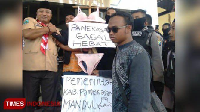 Protes Kafe Ilegal, Warga Pamekasan Bawa Pakaian Dalam Untuk Bupati