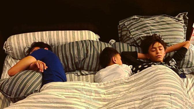 Darius Sinathrya tidur bersama anak (Instagram/dagnesia)