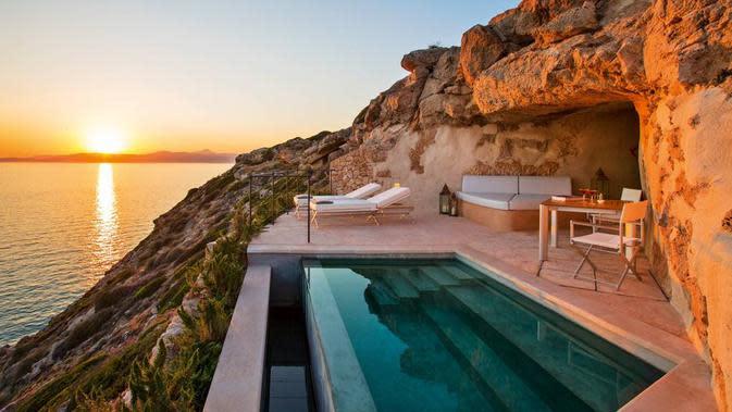 Menikmati sunset dari kolam renang yang hadir di setiap kamar di Cap Rocat (Foto: Cap Rocat)