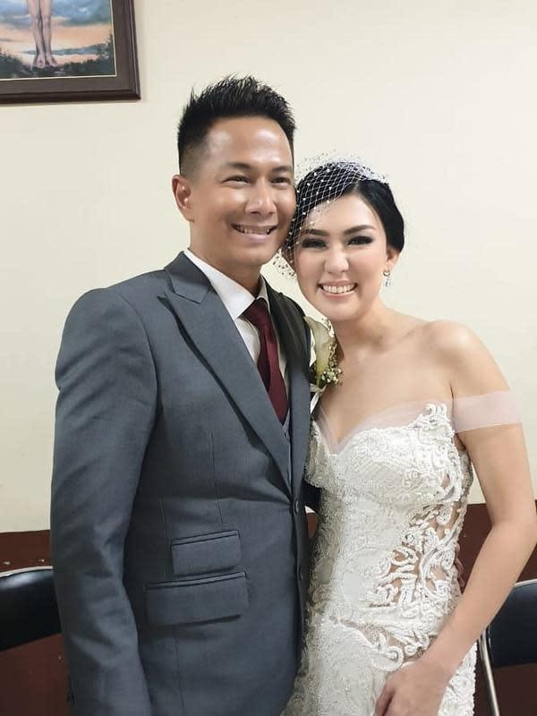 Delon Thamrin menikah untuk kedua kalinya setelah mendapat izin dari dispensasi perkawinan dari Gereja Katolik. Delon resmi mempersunting Aida Noplie Chandra setelah 10 bulan menduda. (Instagram/delonthamrinofficial)