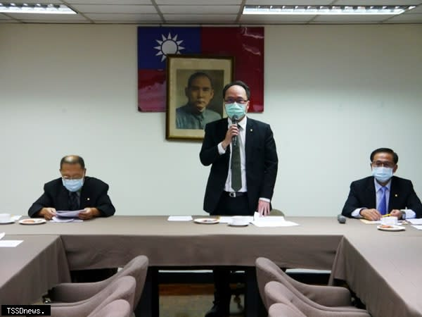 全國船聯會昨天召開理、監事聯席會議,由理事長張正鏞(中)主持、航港局組長賴炳榮(左)出席。(記者周家仰攝)