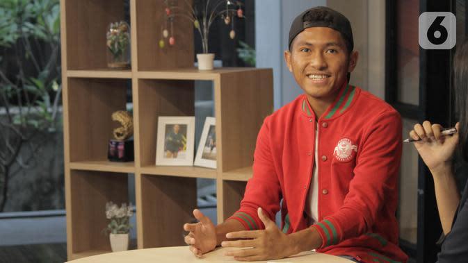 Pemain Timnas U-19 Muhammad Fajar Fathur Rahman dalam acara Dear Netizen di KLY Office Menteng, Jakarta Pusat, Jumat (15/11/2019). (Liputan6.com/Andika Zulfikar)