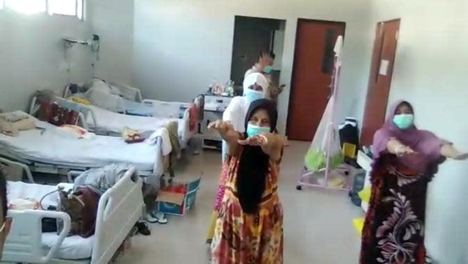 Pasien positif covid-19 di ruang isolasi rumah sakit Kendari, berolahraga secara rutin dalam ruang rawat rumah sakit.(Liputan6.com/Ahmad Akbar Fua)