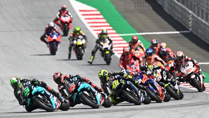 Para pembalap saat beraksi pada MotoGP Austria di Sirkuit Red Bull Ring, Minggu (16/8/2020). Dovizioso finis pertama dengan catatan waktu 28 menit 20,853 detik. (AFP/Joe Klamar)