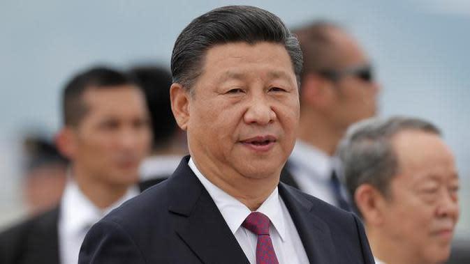 Presiden Cina Xi Jinping seusai berbicara kepada awak media di Bandara Internasional Hong Kong, Kamis (29/6). Selama sepekan terakhir, Kepolisian Hong Kong sudah melakukan berbagai antisipasi terkait kunjungan Presiden Xi Jinping. (AP Photo/Kin Cheung)