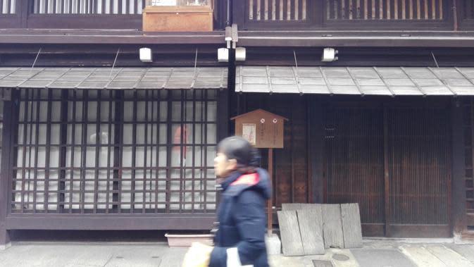 Bangunan yang mayoritas pertokoan dan restoran di gang ini adalah bangunan tua yang berdiri ratusan tahun saat era pemerintahan Shogun. Sehingga konsep orisinalalitas tetap dijaga, seperti kabel listrik yang ditanam di tanah. (Andry Haryanto/Liputan6.com)