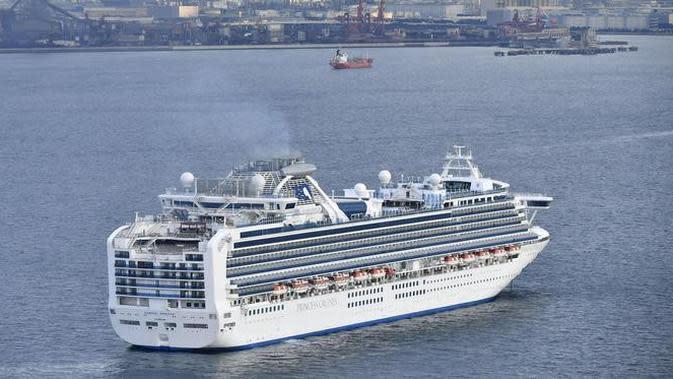 Sebuah kapal pesiar Diamond Princess berlabuh di Pelabuhan Yokohama pada saat kedatangan di Yokohama, dekat Tokyo, Selasa, (4/2/2020). (Kyodo News via AP)