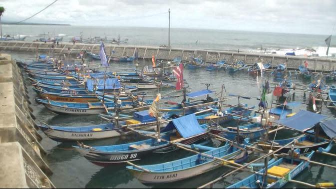 Kalaupun ada yang nekat, nelayan Cianjur harus mencari ikan hingga ke perairan Pacitan. (Liputan6.com/Achmad Sudarno)