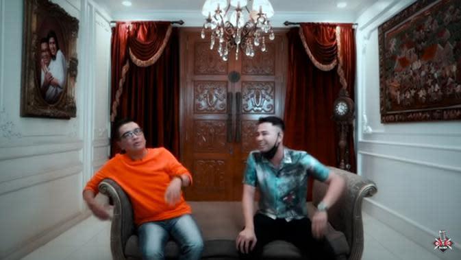Setahun belakangan ini, Raffi Ahmad selain sibuk di dunia entertainment, juga sibuk membuat konten kreatif. Ia bersama timnya membuat konten yang diunggah di chanel Youtube, Rans Entertainment. (Youtube/Helmy Yahya Bicara)