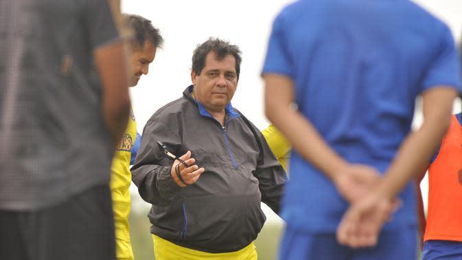 Pelatih Arema FC, Carlos Oliveira. (Iwan Setiawan/Bola.com)