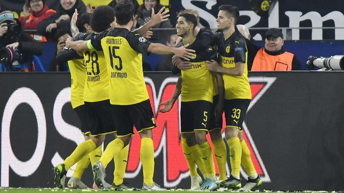 Gelandang Borussia Dortmund, Achraf Hakimi (ketiga kanan) berselebrasi dengan rekan-rekannya usai mencetak gol ke gawang Inter Milan pada pertandingan lanjutan Grup F Liga Champions di Signal Iduna Park, Jerman (5/11/2019). Hakimi mencetak dua gol dipertandingan ini. (AP Photo/Martin Meissner)