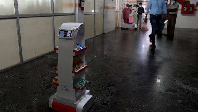 Robot interaktif 'Zafi' yang akan digunakan di ruang isolasi Covid -19 dalam demo di rumah sakit Stanley Medical di Chennai, 6 April 2020. Robot ini dikerahkan untuk melayani makanan dan obat-obatan bagi pasien Covid-19 dalam upaya meminimalkan tenaga medis tertular virus corona. (Arun SANKAR/AFP)